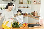 엄마, 딸, 가정주방 (주방), 장바구니, 구매 (상업활동), 오이