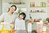 엄마, 딸, 가정주방 (주방), 장바구니, 구매 (상업활동), 미소, 기울임 (몸의 자세)