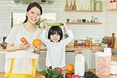 엄마, 딸, 가정주방 (주방), 장바구니, 구매 (상업활동), 오이, 미소
