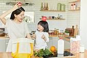 엄마, 딸, 가정주방 (주방), 장바구니, 구매 (상업활동), 미소, 귀여움