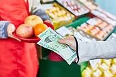 50대 (중년), 여성, 상인 (소매업자), 청과물가게 (가게), 고객 (역할), 지불 (구매)