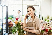 여성, 꽃가게 (가게), 판매업 (직업), 플로리스트, 미소, 통화중