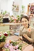 여성, 꽃가게 (가게), 판매업 (직업), 플로리스트, 가위, 자르기 (움직이는활동), 미소
