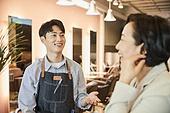 남성, 미용실 (상점), 헤어디자이너, 서비스, 고객 (역할), 대화, 만족, 미소