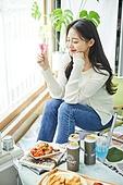 한국인, 사회적거리두기 (사회이슈), 집콕 (컨셉), 재택명령, 휴식 (정지활동), 사회적거리두기, 인플루언서, 휴가, 인플루언서 (컨셉), 핵인싸 (신조어), 칵테일