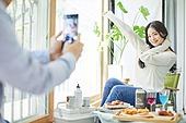 사회적거리두기 (사회이슈), 집콕 (컨셉), 휴식 (정지활동), 인플루언서, 휴식, 홈캉스, 핵인싸 (신조어), 사진촬영 (촬영), 휴대폰, 인스타그램 (SNS)