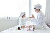 침대, 목욕가운 (옷), 엄마, 딸, 색조화장 (화장품), 매니큐어 (화장품)