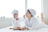 침대, 목욕가운 (옷), 엄마, 딸, 색조화장 (화장품), 미소