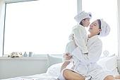 침대, 목욕가운 (옷), 엄마, 딸, 키스 (입사용), 미소