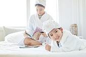 침대, 목욕가운 (옷), 엄마, 딸, 미소, 밝은표정