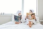 침대, 목욕가운 (옷), 엄마, 딸, 잡지, 독서, 미소