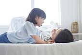 엄마, 딸, 육아, 침실, 대화, 미소