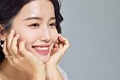 여성, 뷰티, 액세서리 (인조물건), 미소, 턱괴기 (만지기)