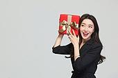 여성, 쇼핑 (상업활동), 선물 (인조물건), 선물상자 (상자), 미소, 호기심 (컨셉), 소리, 듣기 (감각사용)