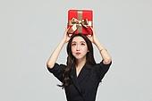여성, 쇼핑 (상업활동), 선물 (인조물건), 선물상자 (상자), 미소, 호기심 (컨셉)
