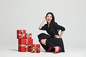 여성, 쇼핑 (상업활동), 선물 (인조물건), 선물상자 (상자), 미소, 앉기 (몸의 자세)