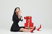 여성, 쇼핑 (상업활동), 선물 (인조물건), 선물상자 (상자), 미소, 앉기 (몸의 자세), 즐거움 (컨셉)