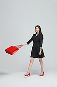 여성, 쇼핑 (상업활동), 선물 (인조물건), 미소, 쇼핑백, 패션, 걷기 (물리적활동)
