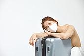 여성, 여행, 여행자 (역할), 여행가방 (짐), 바이러스감염, 감기 (질병), 기진맥진 (컨셉), 걱정 (어두운표정)