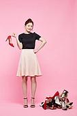 여성, 패션, 쇼핑 (상업활동), 세일 (상업이벤트), 구두 (신발), 쌓아올림 (배열), 걱정 (어두운표정), 생각 (컨셉), 미소