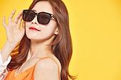 여성, 여름, 상업이벤트 (사건), 엷은색선글라스 (선글라스), 미소