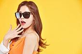 여성, 여름, 상업이벤트 (사건), 엷은색선글라스 (선글라스), 놀람 (컨셉), 얼굴표정 (커뮤니케이션컨셉)
