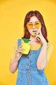 여성, 여름, 상업이벤트 (사건), 엷은색선글라스 (선글라스), 레트로스타일 (컨셉), 미소, 파인애플, 주스