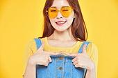 여성, 여름, 상업이벤트 (사건), 엷은색선글라스 (선글라스), 레트로스타일 (컨셉), 수줍음 (감정)