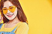 여성, 여름, 상업이벤트 (사건), 엷은색선글라스 (선글라스), 레트로스타일 (컨셉), 미소, 밝은표정