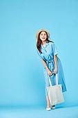 여성, 밝은청색 (파랑), 여행, 여름, 혼자여행 (여행), 걷기 (물리적활동), 에코백