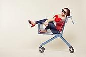 여성, 쇼핑 (상업활동), 상업이벤트 (사건), 쇼핑카트, 엷은색선글라스 (선글라스)
