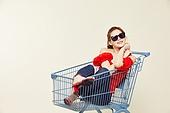 여성, 쇼핑 (상업활동), 상업이벤트 (사건), 쇼핑카트, 미소, 밝은표정, 엷은색선글라스 (선글라스)