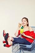 여성, 쇼핑 (상업활동), 상업이벤트 (사건), 쇼핑카트, 파인애플, 주스, 마시기