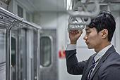 비즈니스맨, 도시생활, 노동자 (직업), 일 (물리적활동), 지하철, 출퇴근, 출퇴근 (여행하기), 통근전철 (여객열차), 지하철 (여객열차), 피로 (물체묘사), 기진맥진 (컨셉)
