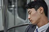 비즈니스맨, 실업 (고용문제), 취업준비생, 일 (물리적활동), 고용문제, 지하철, 출퇴근, 출퇴근 (여행하기), 지하철 (여객열차), 전철역, 피로 (물체묘사), 스트레스 (컨셉), 잠 (휴식)