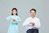 소녀 (여성), 초등학생, 할아버지 (조부모), 손녀 (손주), 수화 (커뮤니케이션컨셉), 대화, 커뮤니케이션 (주제), 사랑 (컨셉)