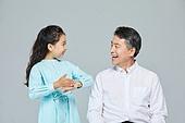 소녀 (여성), 초등학생, 할아버지 (조부모), 손녀 (손주), 수화 (커뮤니케이션컨셉), 대화, 커뮤니케이션 (주제), 감사 (컨셉)