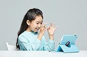 어린이 (나이), 수화 (커뮤니케이션컨셉), 커뮤니케이션, 화상통화, 디지털태블릿 (개인용컴퓨터), 응시 (감각사용)