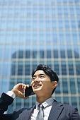 비즈니스, 비즈니스 (주제), 비즈니스맨 (사업가), 통화중 (움직이는활동), 스마트폰, 통화중, 휴대폰 (전화기), 커뮤니케이션, 비대면 (사회이슈), 비대면계약 (비대면), 온택트 (사회이슈), 희망 (컨셉)