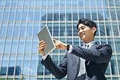 비즈니스, 비즈니스 (주제), 비즈니스맨 (사업가), 디지털, 화상통화 (인터넷전화), 디지털태블릿 (개인용컴퓨터), 디지털 (기술), 인터넷 (기술), 비대면계약 (비대면), 비대면 (사회이슈), 전자결재 (기술), 전자상거래 (기술), 성공