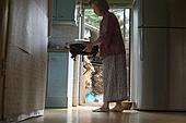 노인 (성인), 노인문제 (사회이슈), 소외계층, 식사, 밥상, 들어올리기 (물리적활동)