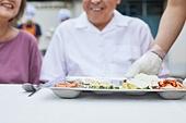 기부, 지역봉사활동 (사회복지), 사회복지, 요리사, 직업, 미소, 음식서빙 (움직이는활동), 쟁반, 식판 (주방용품)