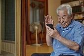 70대, 노인 (성인), 스마트폰, 디지털소외, 화상통화 (인터넷전화), 미소, 밝은표정, 웨이빙 (제스처), 인사 (제스처)