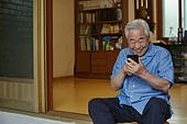 70대, 노인 (성인), 스마트폰, 디지털소외, 화상통화 (인터넷전화), 미소, 밝은표정