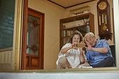 70대, 노인 (성인), 스마트폰, 디지털소외, 화상통화 (인터넷전화), 미소, 밝은표정, 노인커플 (이성커플), 웨이빙 (제스처)