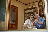 70대, 노인 (성인), 스마트폰, 디지털소외, 화상통화 (인터넷전화), 미소, 밝은표정, 노인커플 (이성커플)