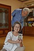 70대, 노인 (성인), 스마트폰, 디지털소외, 화상통화 (인터넷전화), 노인커플 (이성커플), 미소