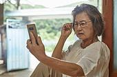 70대, 노인 (성인), 스마트폰, 디지털소외, 화상통화 (인터넷전화), 노안 (노화)