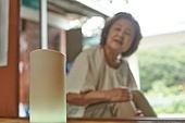 노인여자 (성인여자), 디지털, 디지털소외, 인공지능스피커 (스피커), 블루투스 (무선기술)