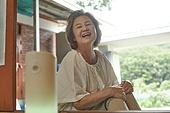 노인여자 (성인여자), 디지털, 디지털소외, 인공지능스피커 (스피커), 블루투스 (무선기술), 미소, 밝은표정